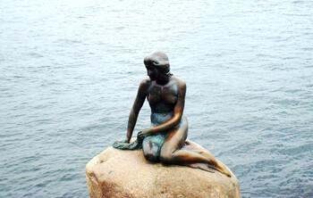 Вандалы испортили скульптуру Русалочки в Копенгагене