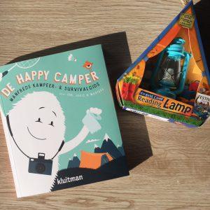 De happy camper met reading light