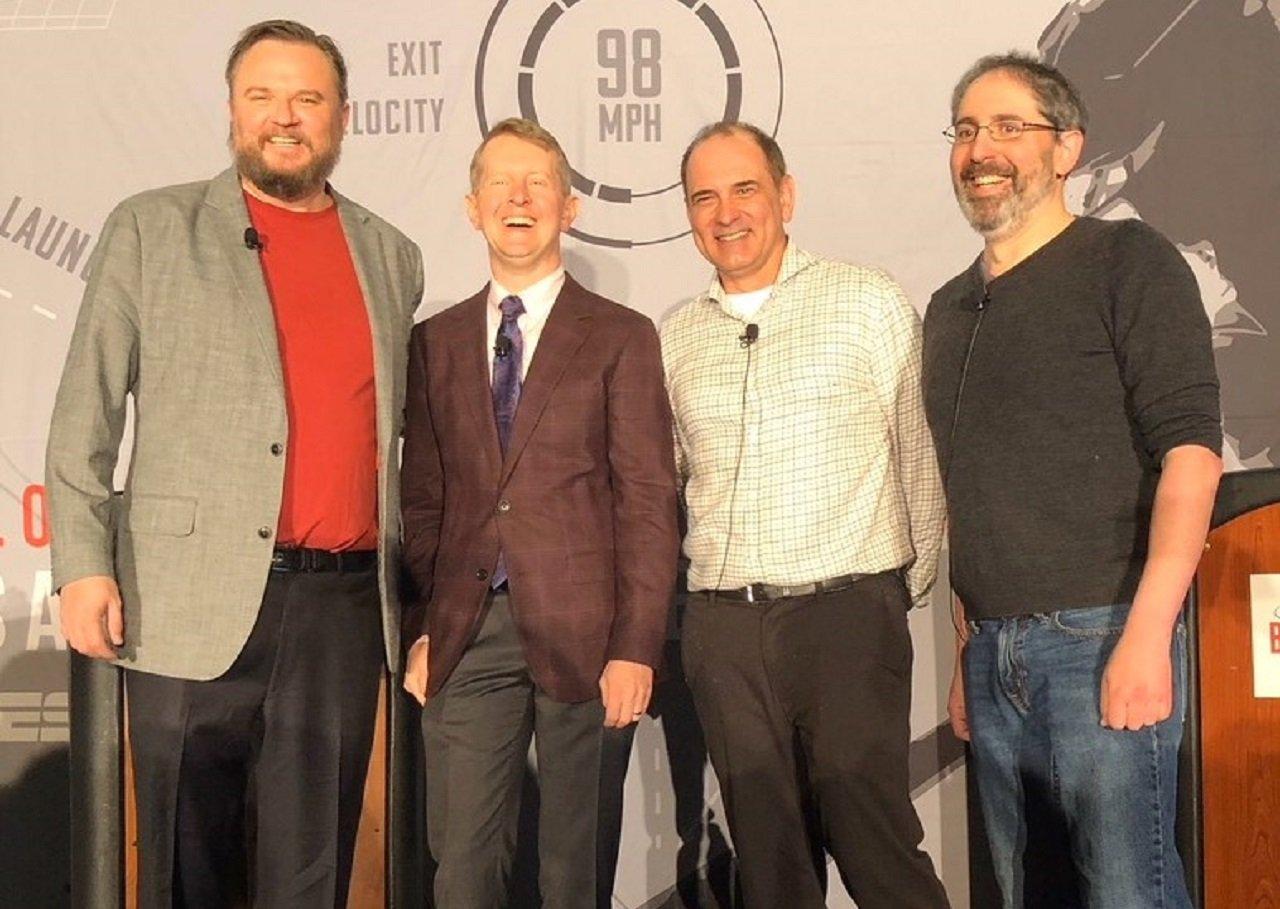 Джо Пета (второй справа)