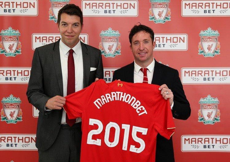 Шон Сіммондс, глава відділу спонсорства Marathonbet (зліва) з ліверпульської легендою Роббі Фаулером на підписанні спонсорського контракту букмекера з «Червоними»