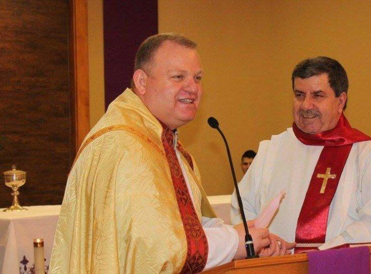 Отець Амер Сака (зліва на фото) розповів єпископу, що витратив призначені для біженців гроші
