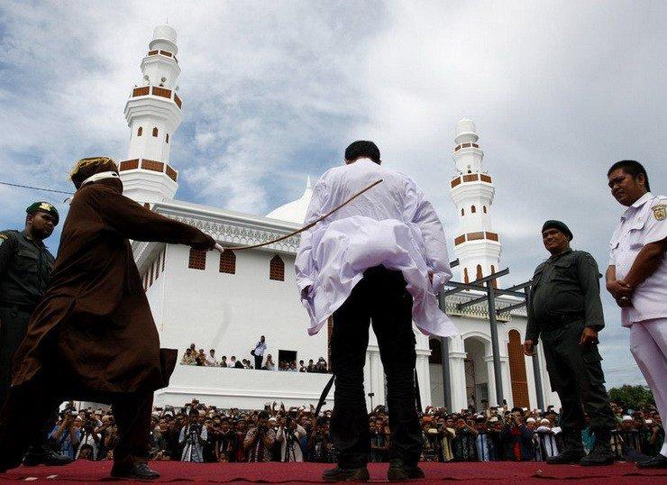 Публічне побиття гемблера в Індонезії