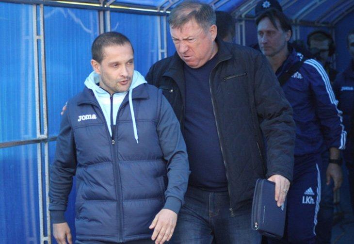 Наставники «Олімпіка» (Роман Санжар) та «Говерли» (В'ячеслав Грозний) перед початком матчу в Ужгороді