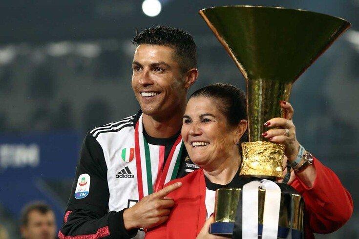 Роналду з мамою / фото: AFP