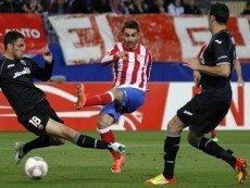 Игрок «Атлетико Мадрид» забивает третий гол в ворота «Валенсии» в первом матче полуфинала Лиги Европы