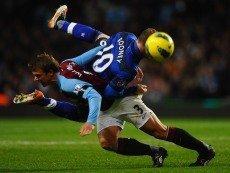 Игровой момент матча АПЛ 2011/2012 между «Манчестер Юнайтед» и «Астон Виллой»