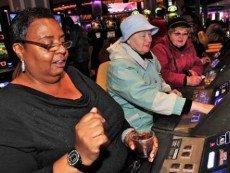 Женщины за приемом ставок в рэйсино Нью-Йорка