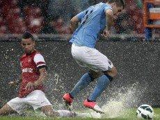Эпизод контрольного матча между 'Арсеналом' и 'Манчестер Сити'