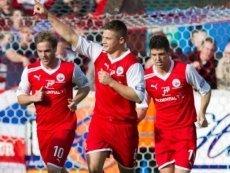 Футболисты 'Стерлинг Альбион' празднуют свой успех
