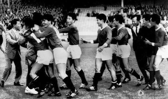 Северокорейцы празднуют историческую победу