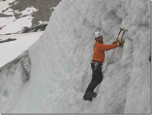 Alpiniste utilisant un piolet catastrophes