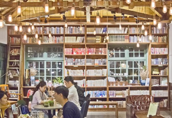 壁には本棚。