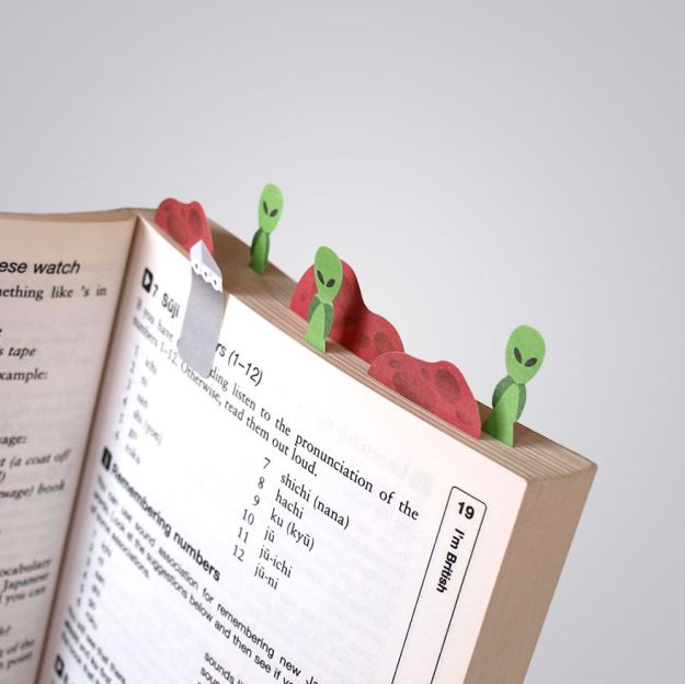 Tiny-paper-bookmarks-make-miniature-worlds-of-lovely-nee7__880