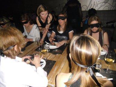 EXPERIENCIAS A CIEGAS Si lo que quieres es algo diferente, una degustación a ciegas puede ser un buen momento para disfrutar, bien sea una cata de vinos, cócteles, comidas, etc.