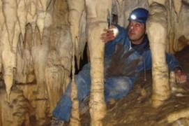 ESPELEOLOGÍA Una aventura especial puede ser el adentrarse en la profundidad de la tierra de Asturias en Cuevas, en donde hay que pasar por recovecos estrechos.