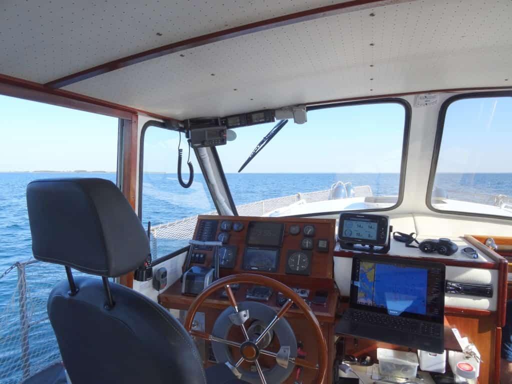 Innensteuerstand mit Radpilot, Raymarine Plotter, PC-Navigation, Rückfahrkamera...