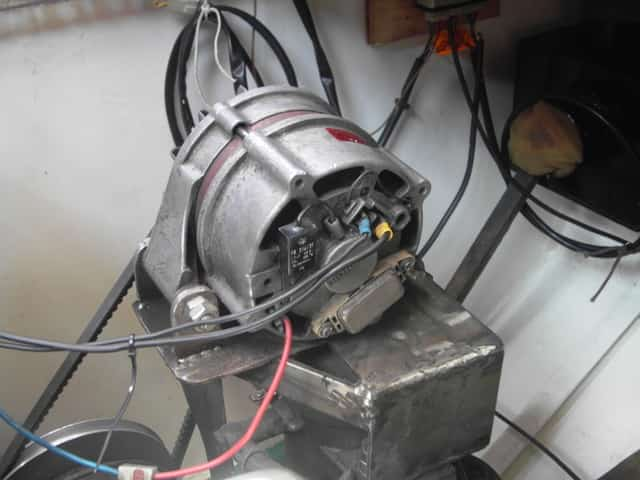 Eine handelsübliche 12V Lichtmaschine. Hält sie einen Betrieb ohne Batterie aus?