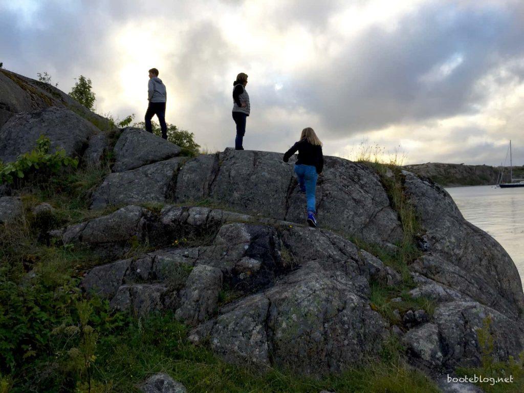 Klettern auf einer Schäre in Schweden - das kann man nur mit einem Boot erleben.