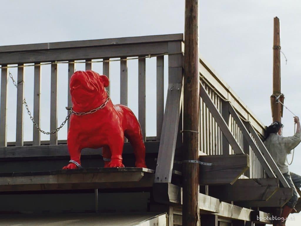 Der Kettenhund an der Strandbar.