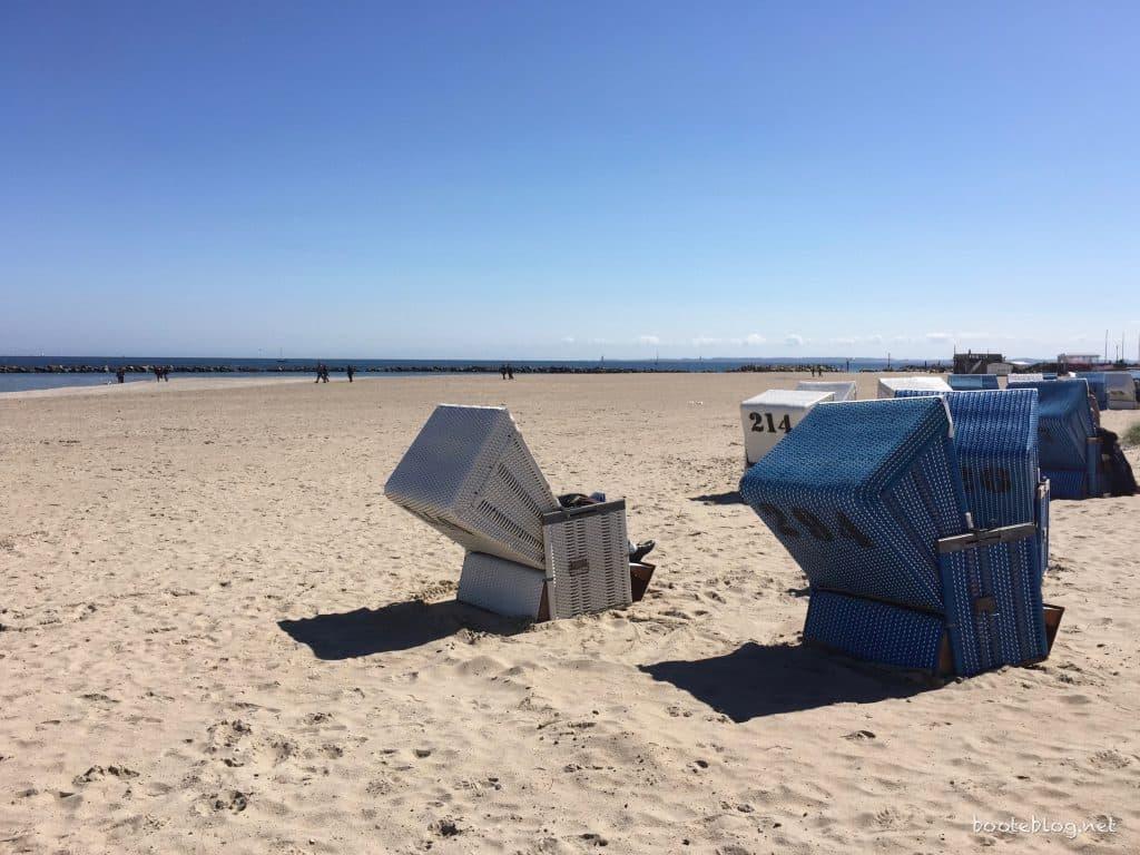 Die Strandkörbe stehen bereit, nur ein wenig kühl ist es noch am Strand von Damp.