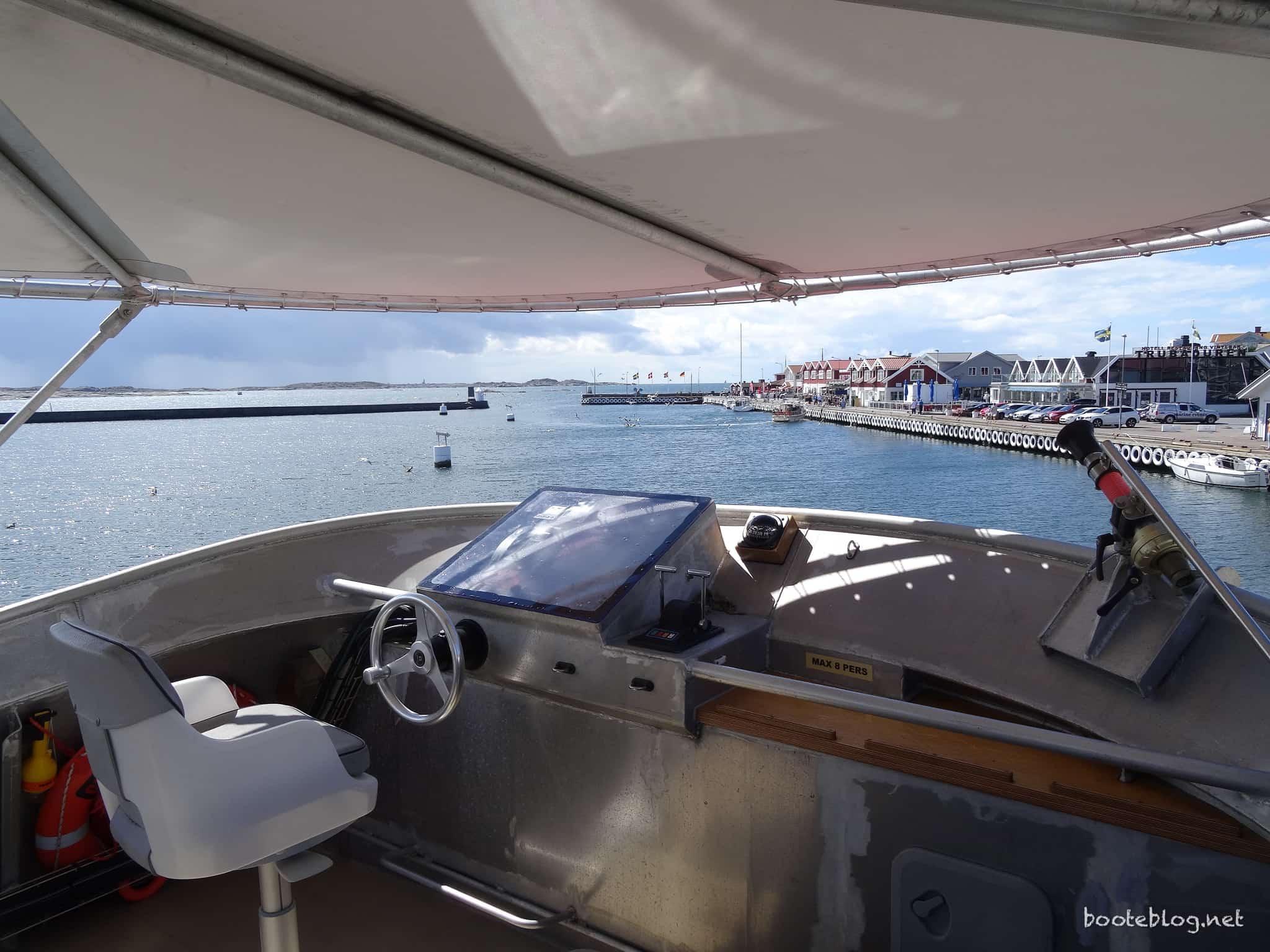 Die Flybridge mit Sonnenschutz, voller Navigation und (kleiner) Feuerlöschkanone.