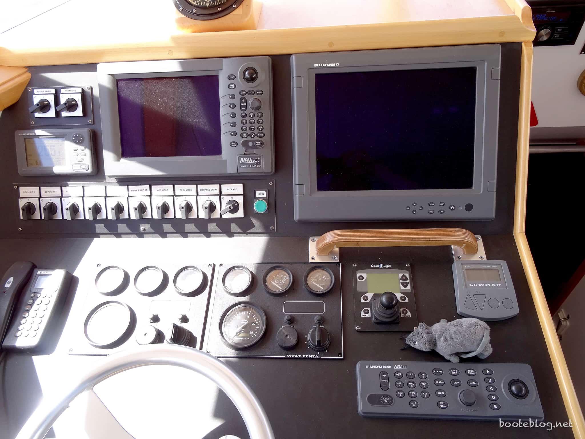 Steuerstand mit professioneller Furuno Ausrüstung und Redundanz durch zwei Plotter.