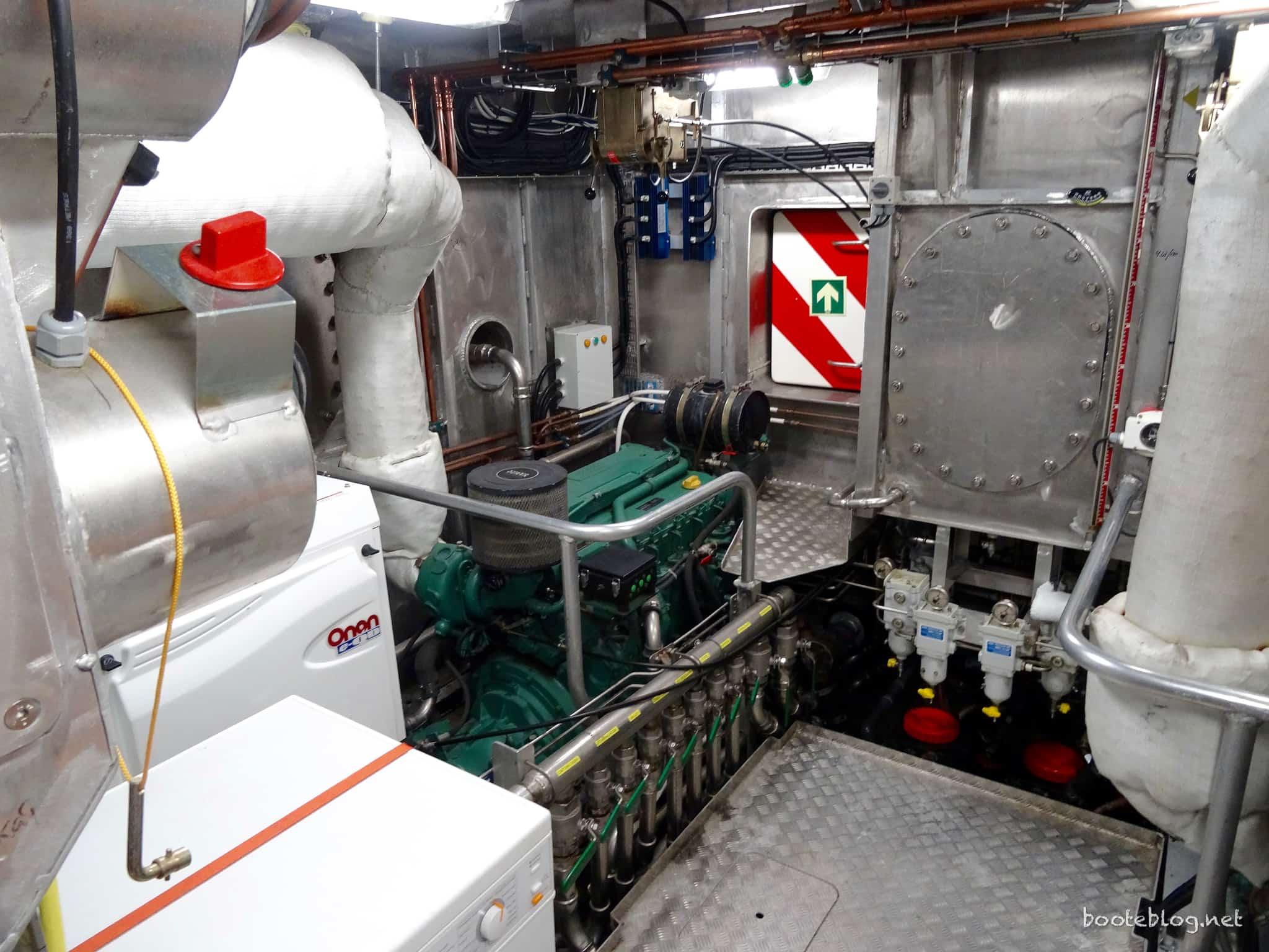 Aus weiterem Abstand zu sehen: Der 13,5kW Onan Generator, in der Mitte ein Tagestank für den Brennstoff, Doppelfilter und eine Fluchttür.