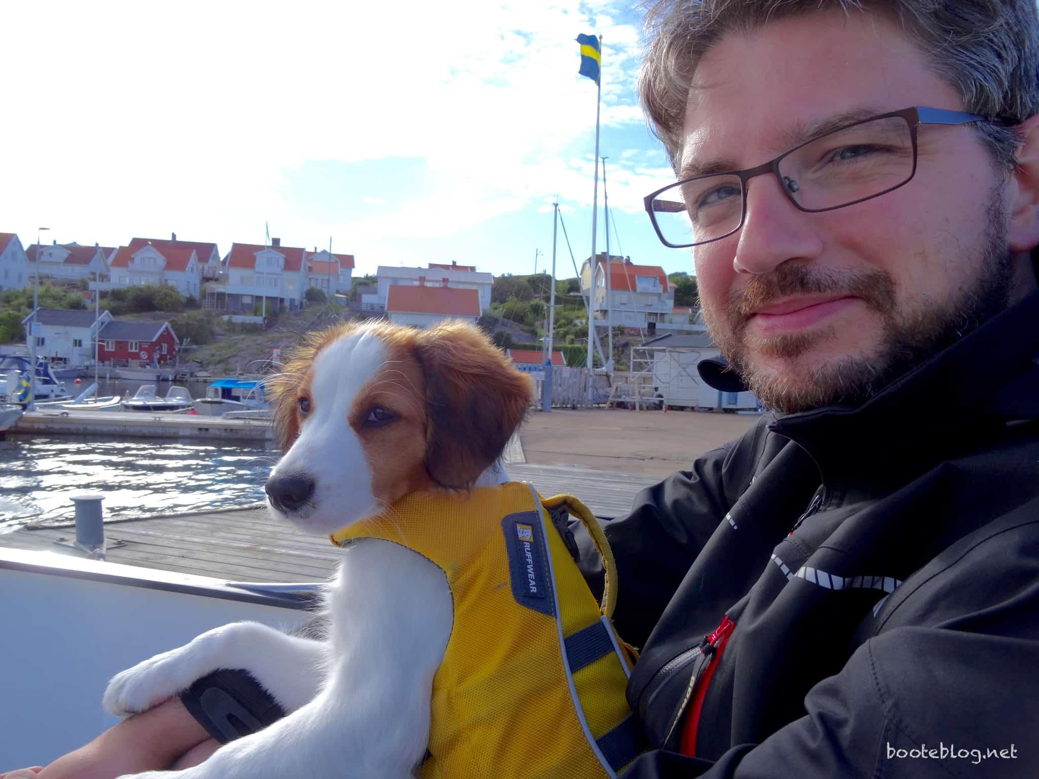 Der Skipper und sein Hondje schauen den Kindern beim schwimmen zu.