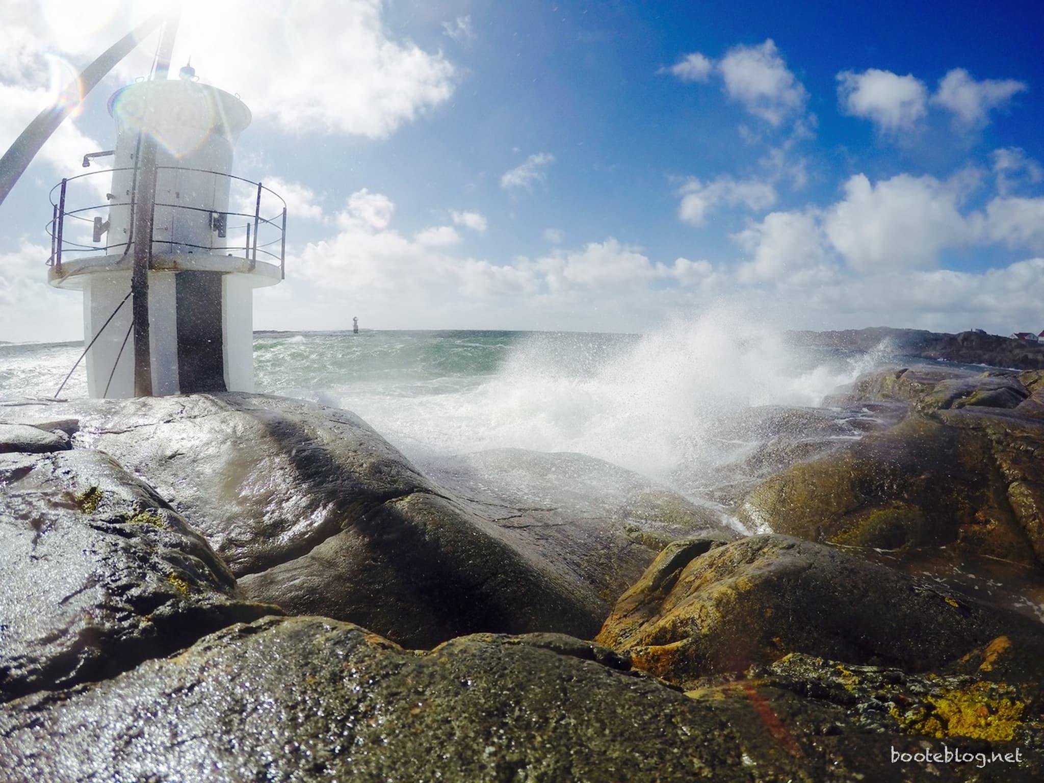 Wellen brechen sich auf den Schären. Im Sturm auf Hönö Klåva.