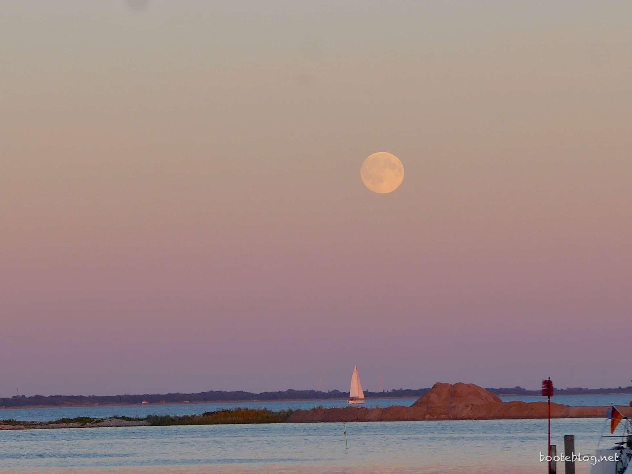 Und dazu noch ein toller Mond, ein einsamer Segler darunter - fast zu kitschig, um wahr zu sein! (Foto von Peter)