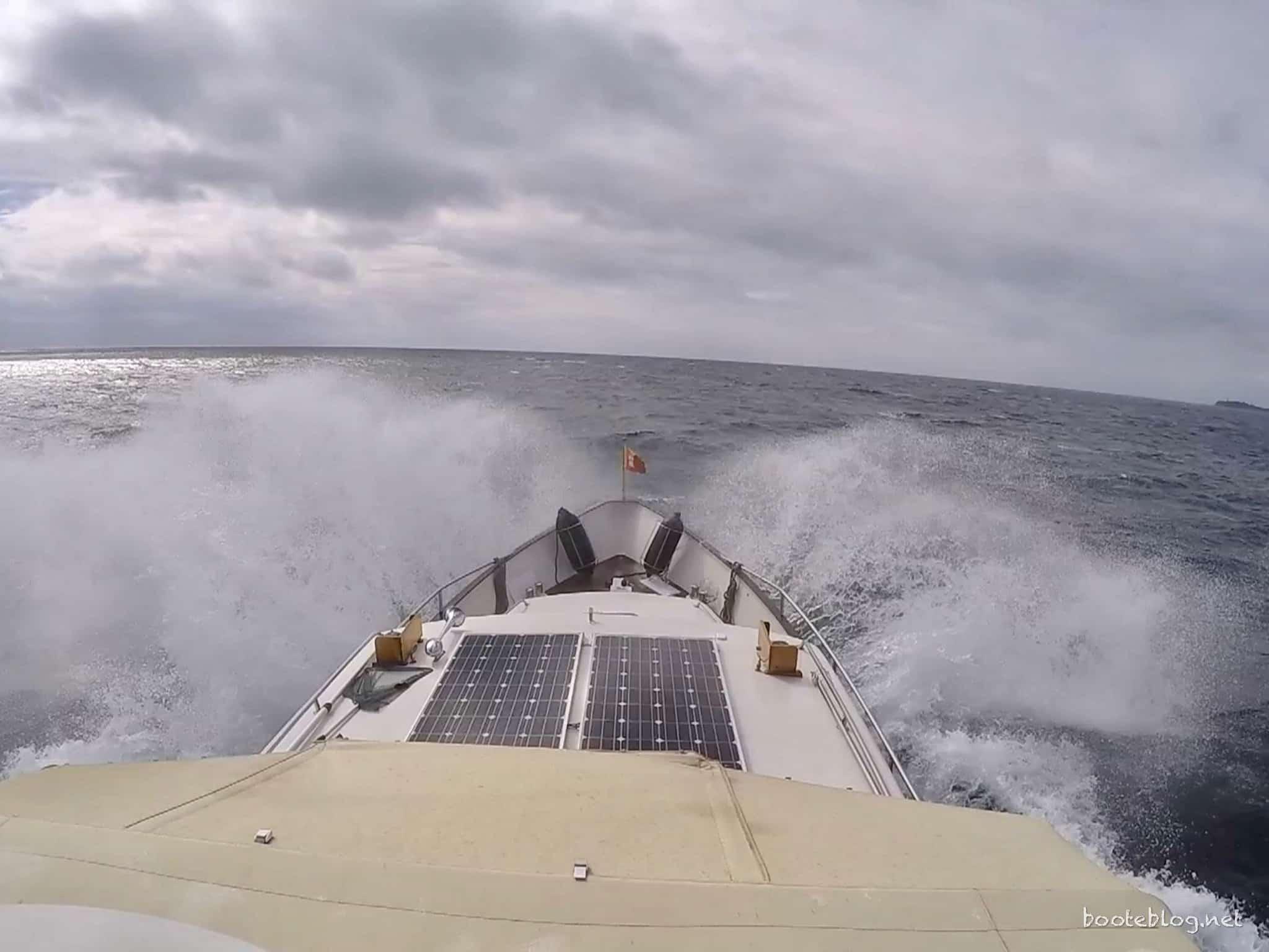 Unterwegs bei viel Wind und Welle: Ein Boot Stabilisator kann hier helfen.