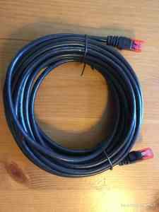 Ein normales Ethernet Kabel tut es (manchmal) auch.