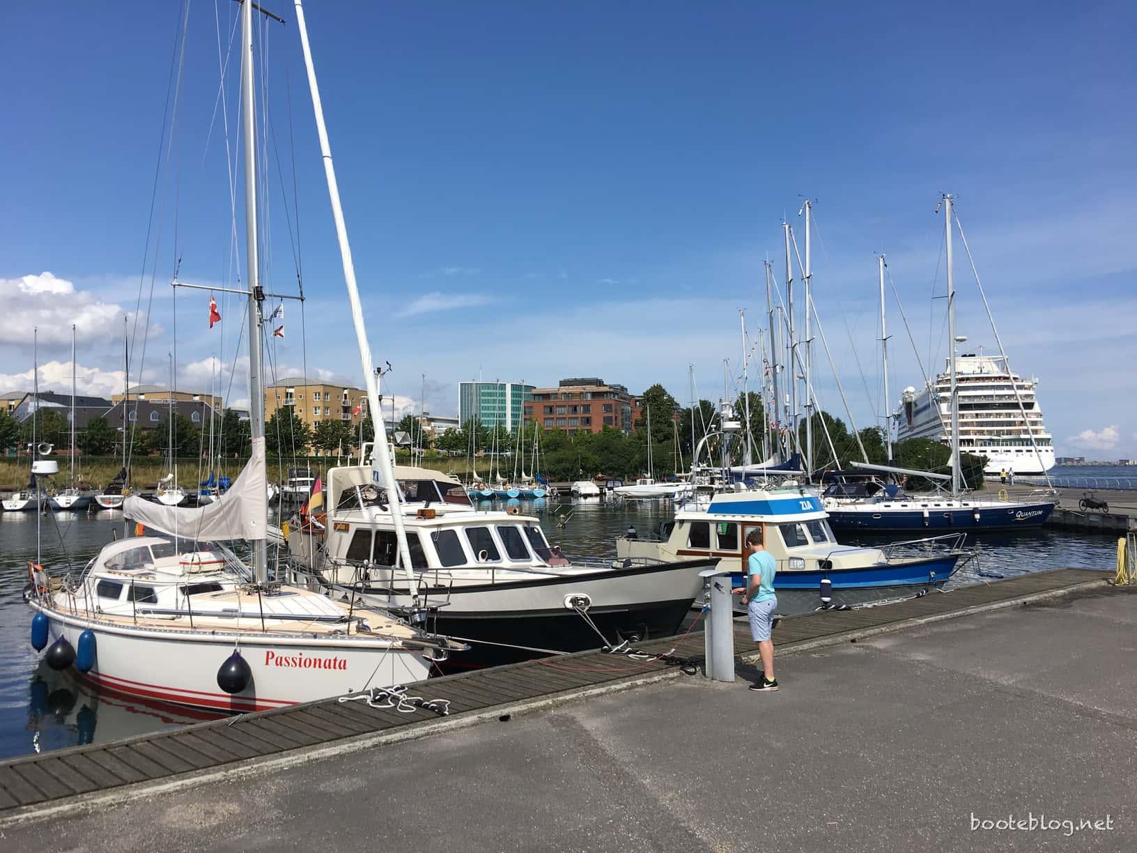 Fest im runden Hafen von Langelinie/Kopenhagen. Direkt da hinter ist eines von vielen Kreuzfahrtterminals.