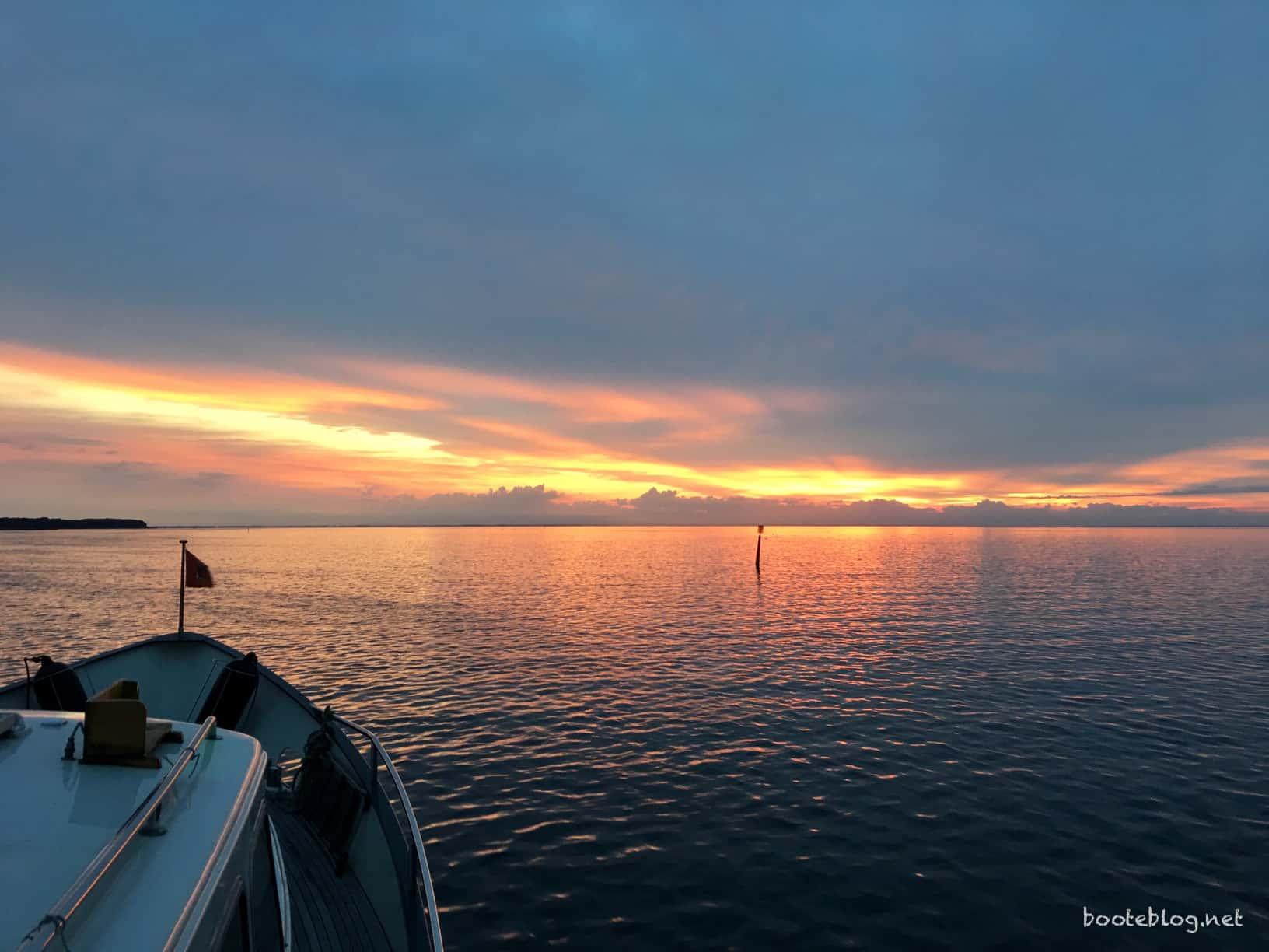 Schöner Sonnenaufgang um kurz nach fünf Uhr am Anfang der Faxe Bugt.
