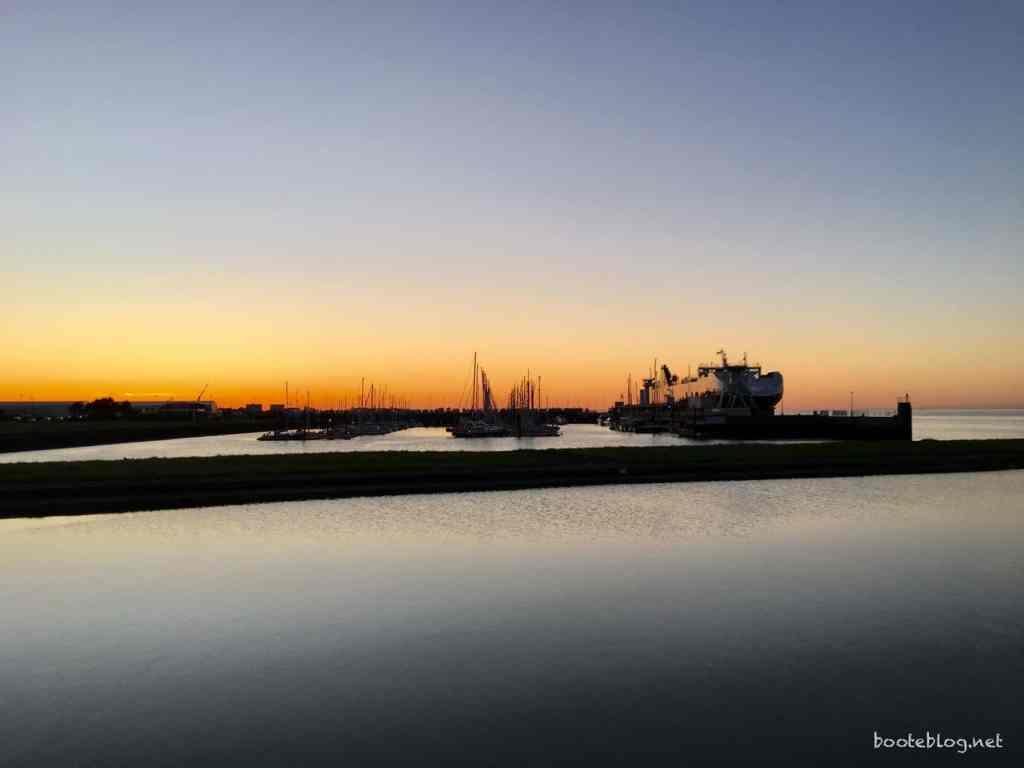 Die Marina von Cuxhaven im Abendrot.