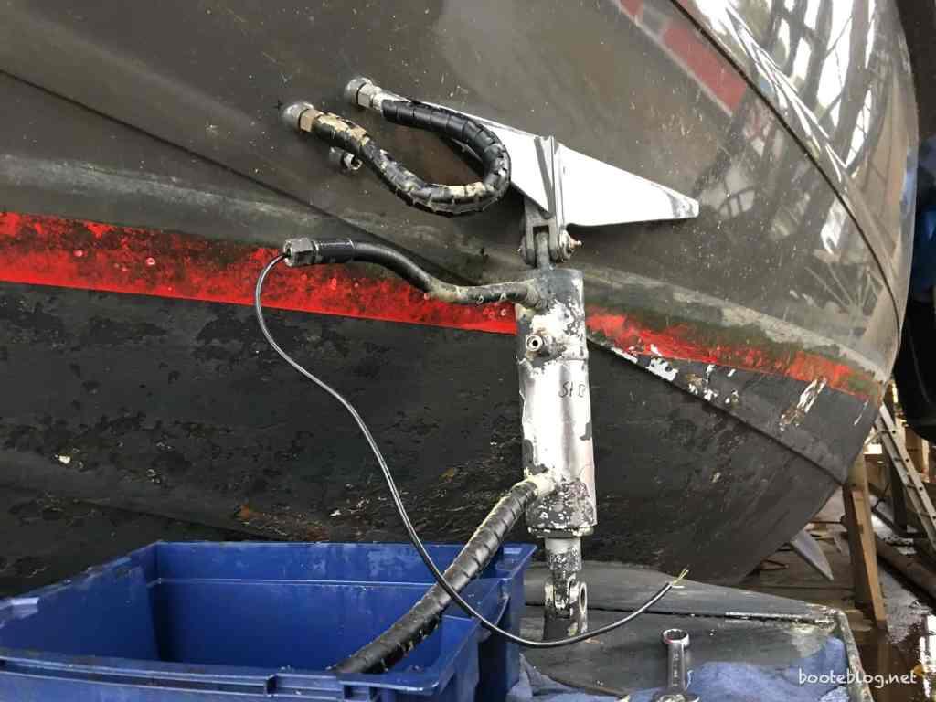 Warum eigentlich drei Schläuche am Hydraulik-Zylinder? Zwei für Öl, einer für eine Feedback-Leitung für die Position des Zylinders.