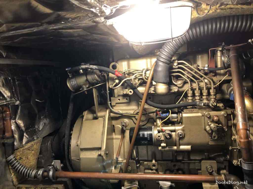Generator in einer engen Nische. Kaum zu warten, nicht zu reparieren.