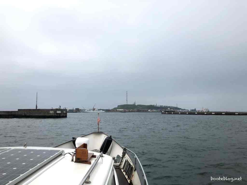 Einfahrt in den Südhafen von Helgoland bei trübem Wetter.