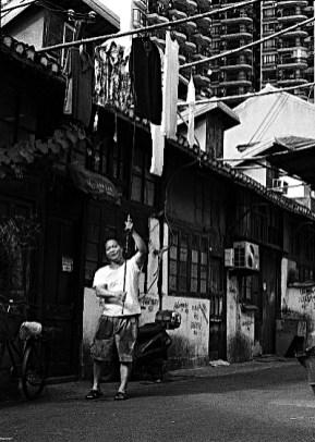 China-Shanghai-man_hanging_laundry-200807