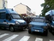 Polizia in tenuta antisommossa al passaggio degli antifascisti