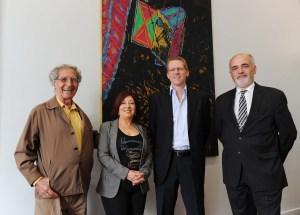 El artista Antonio Pujía, Cristina Alonso y Carlos Leiza, responsables de la Tienda de Arte del Banco Ciudad y Juan Curutchet, Vicepresidente de la institución celebran las nuevas promociones en arte del Banco Ciudad