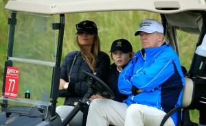 Barron pasea por el campo de golf con sus padres.