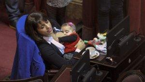 Victoria Donda, amamantando a su bebé en plena sesión en Diputados.