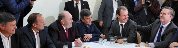 Pichetto, con gobernadores e intendentes del peronismo.