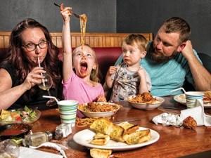 Salir a cenar con chicos.
