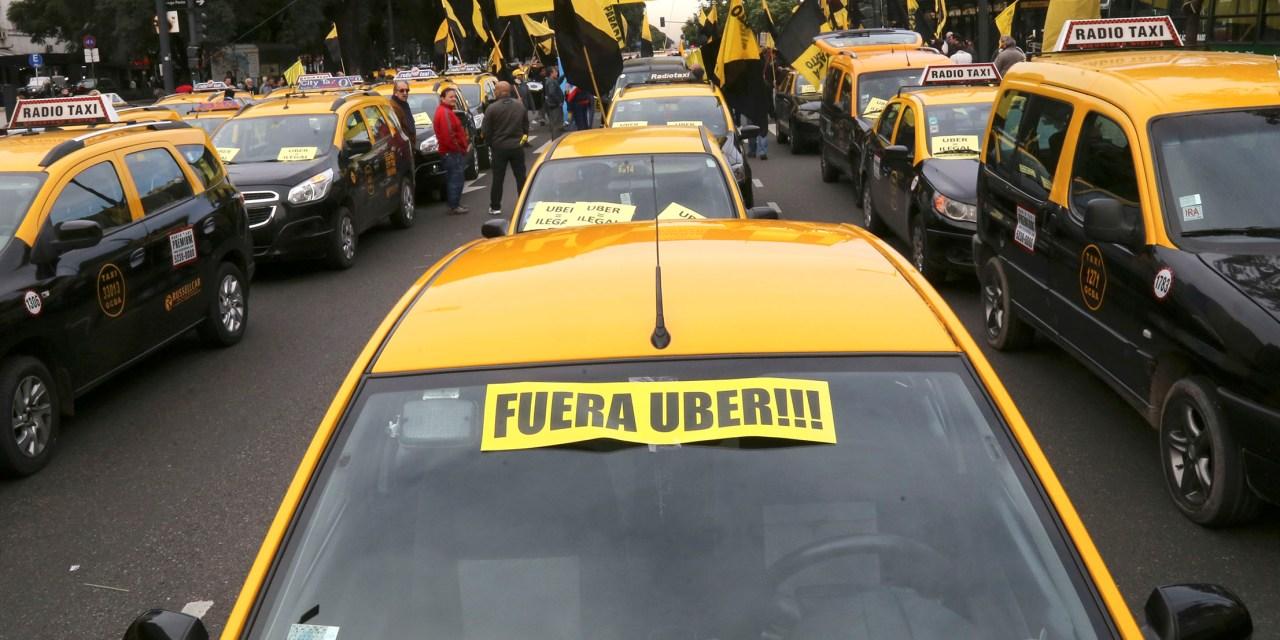 Taxis vs Uber: Una historia de espías improvisados, pasajeros infiltrados y denuncias por creciente violencia