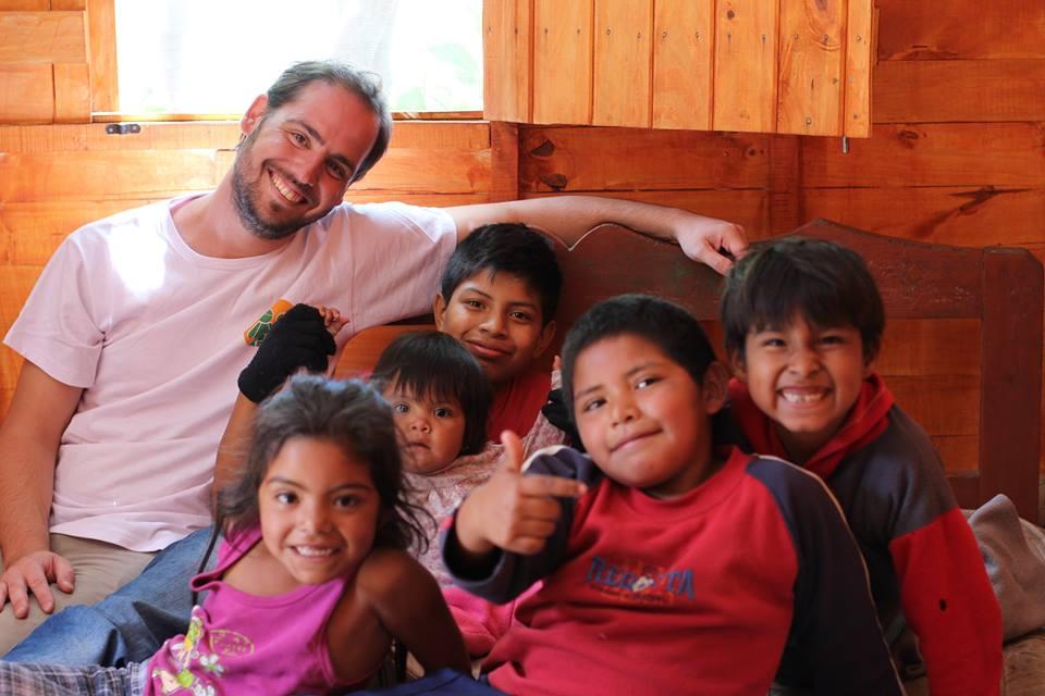 """Diego tiene una ONG y adoptó a 6 hermanitos salteños: """"No soy un hippie loco"""""""
