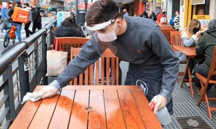 Prohiben a los bares y restaurantes porteños usar terrazas y patios