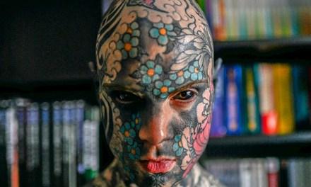 Francia: apartaron de su cargo a un docente por sus tatuajes