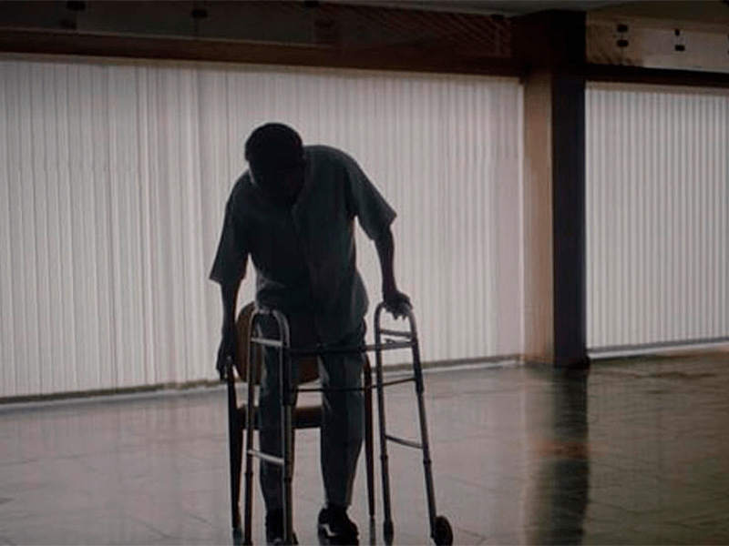 En el documental de Netflix, Pelé, de 80 años, se traslada en andador